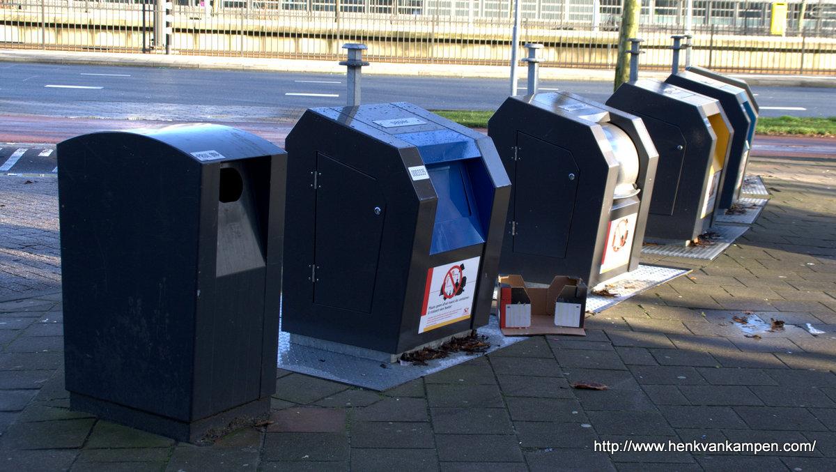 Afvalcontainers bij winkelcentrum Kanaleneiland, Utrecht