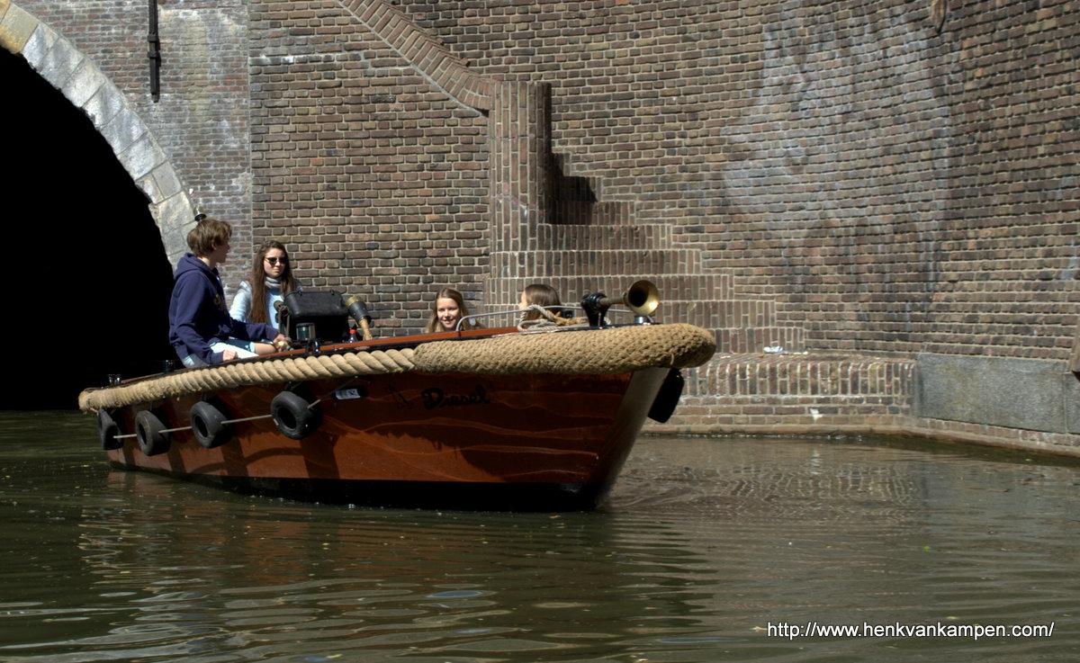 Een bootje op het water van een Utrechtse gracht